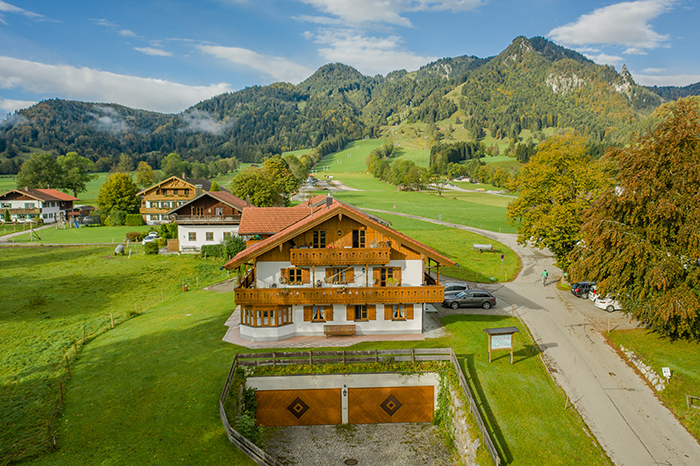 Das Nebenhaus mit den Ferienwohnungen vor dem Brauneck