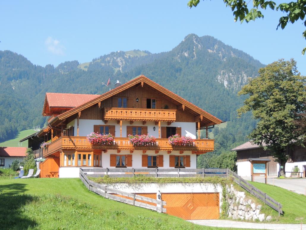 Das Nebenhaus mit den Ferienwohnungen im Sommer