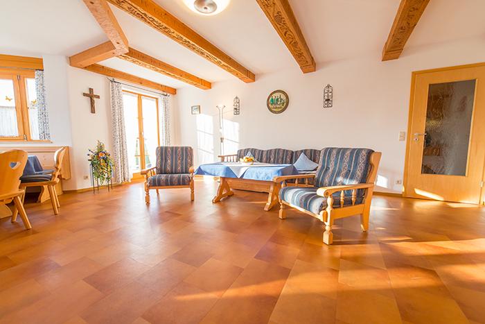 Viel Licht im Wohnzimmer der Ferienwohnung Seekar