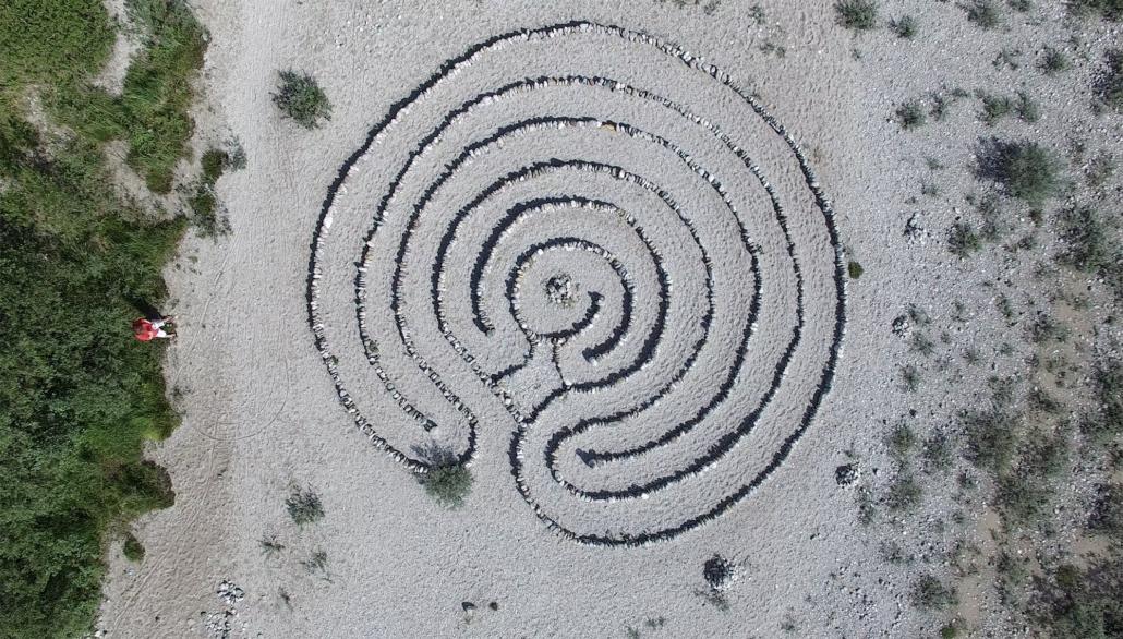 Steine-Labyrinth an der Isar